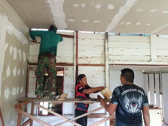 Tim Satgas TMMD Kodim 1015 Sampit saat memasang kalsibord dinding musala Sabtu (26/9).