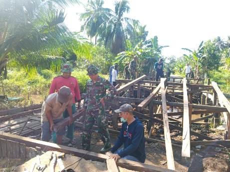 Anggota TMMD saat membangun jembatan.