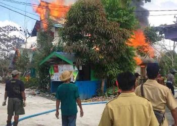 Warga saat menyaksikan kebakaran rumah di Desa Goha Senin (21/9).