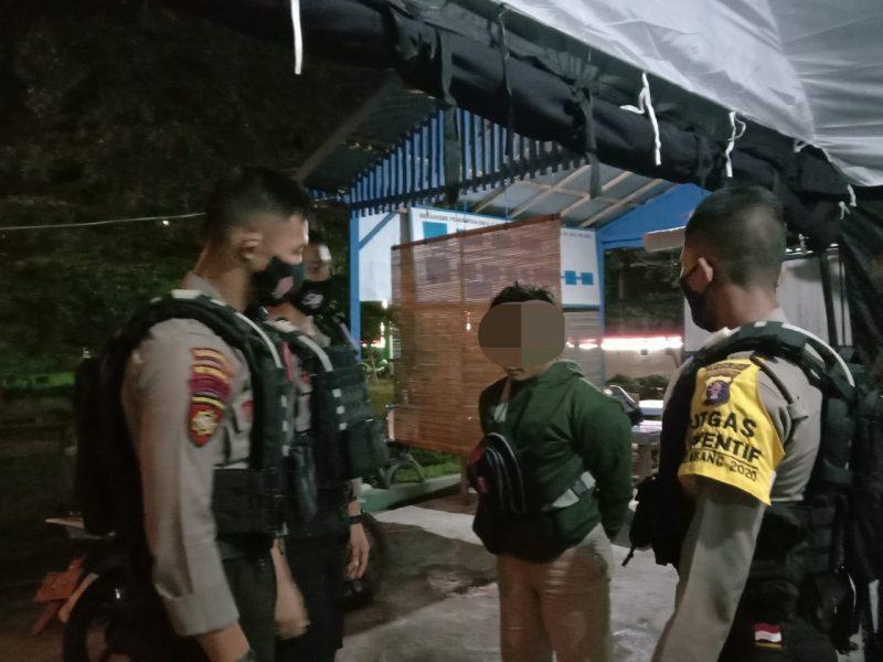 Salah seorang warga yang menabrak polisi diamankan. Foto : Am