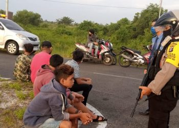 Kepolisian dari Direktorat Samapta Polda Kalimantan Tengah melakukan pembubaran balapan liar di Jalan Adonis Samad kawasan Bandara Tjilik Riwut, Senin (5/10/2020) Sore. Foto : Am