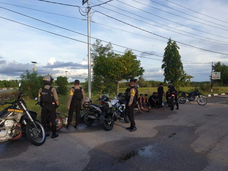 Tim Raimas Back Bone Ditsamapta Polda Kalimantan Tengah kembali membubarkan aksi balapan liar di kawasan Bandara Tjilik Riwut Kota Palangka Raya, Sabtu (17/10/2020)  Pukul 16.30 WIB. Foto : Am