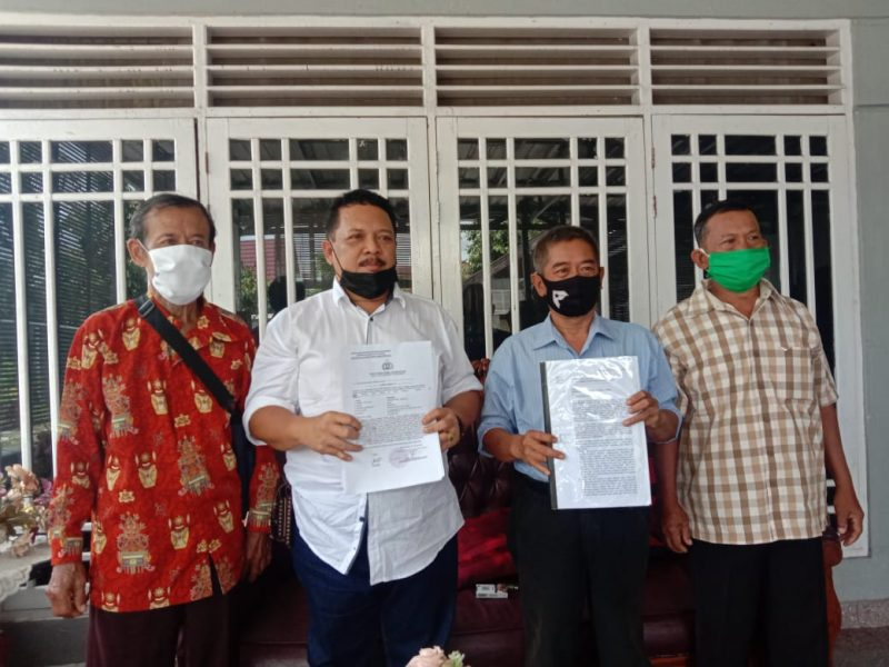 Kuasa hukum Rusli Kliwon (Baju Putih) dan masyarakat dan kelompok tani Kelurahan Kalampangan. Foto : Am