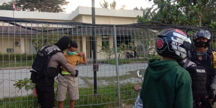 Tim Raimas Back Bone Ditsamapta Polda Kalimantan Tengah mengamankan beberapa remaja yang akan melakukan aksi balapan liar di Palangka Raya, Jumat (23/10/2020).  Sore. Foto : Am
