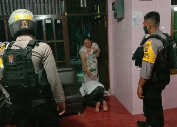 Ditangkap Polisi remaja ini menangis meminta maaf dan mencium kaki Ibunya, Selasa (27/10/2020) malam. Foto : Am