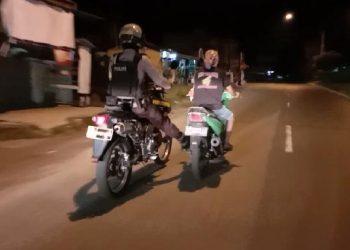 Tim Raimas Back Bone Ditsamapta Polda Kalteng Bantu Dorong Motor Warga, Selasa (27/10/2020) malam. Foto : Am