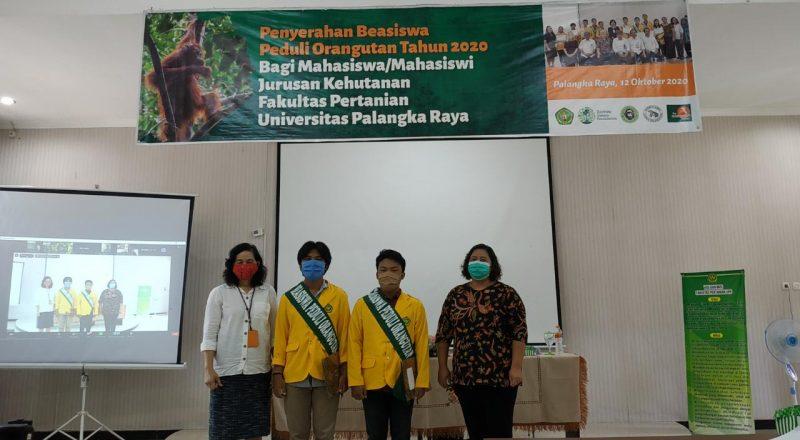 Foto bersama dekan Fakultas Pertanian Universitas Palangka Raya, Dr. Ir. Sosilawaty, MP bersama dengan Wakil Direktur II BNF Kalteng Agnes Ferisa, S.Hut.,M.Si, dan dua mahasiswa penerima beasiswa. Foto : Ra