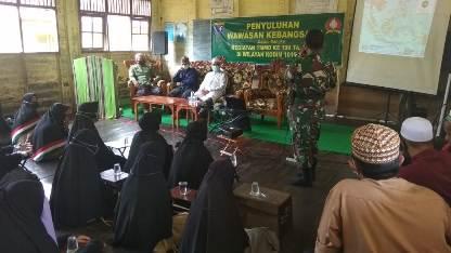 Anggota TNI saat memberikan penyuluhan di Ponpes Darul Iman.