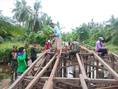 Tim Satgas TMMD saat membangun jembatan.