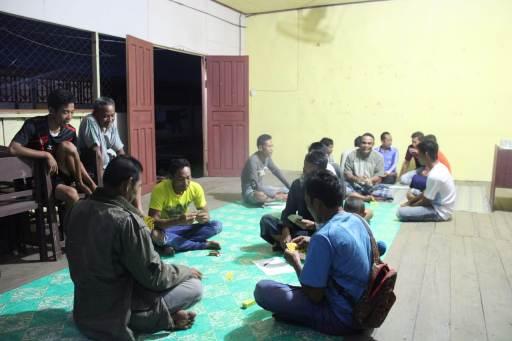 Anggota TNI saat berbaur dan santai bersama masyarakat desa Sabtu (3/10) malam.