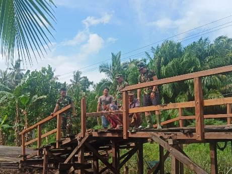 Anggota TNI saat mengerjakan pembangunan jembatan Handil Gayan, Minggu (4/10).