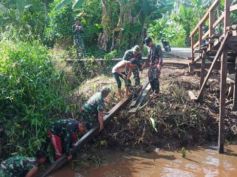 Warga terus melaksanakan perbaikan Jembatan Handil Gayam yang merupakan satu dari tiga jembatan yang diperbaiki dalam TMMD, Senin (5/10).