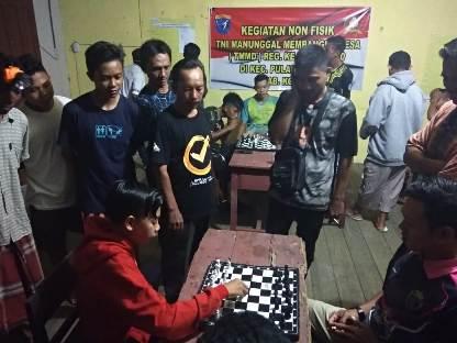 Warga saat  mengikuti lomba catur yang digelar TMMD Kodim 1015 Sampit, Minggu (5/10).