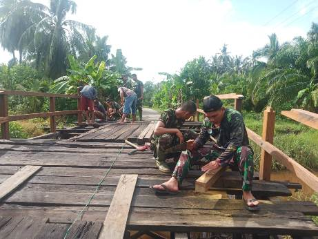 Personel Kodim 1015/Spt bersama masyarakat terus menggenjot perbaikan jembatan agar selesai sebelum TMMD ditutup pada 21 Oktober nanti.