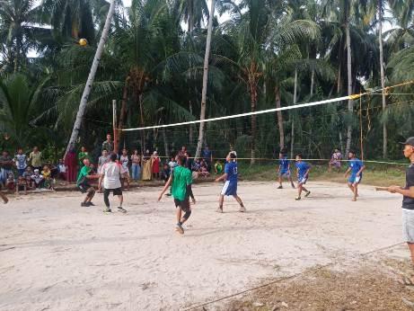 Masyarakat antusias saat mengikuti turnamen bola voly yang diadakan Satgas TMMD Kodim 1015 Sampit Selasa (6/10).