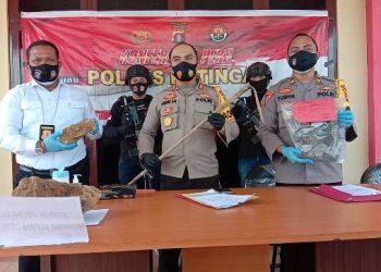 Kapolres Katingan AKBP Andri Siswan Ansyah, saat memperlihatkan barang bukti tombak yang digunakan pelaku untuk menghabisi korban, Selasa (6/10/2020)