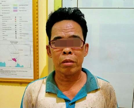 Tersangka saat diamankan di Mapolsek Sungai Sampit, Selasa (6/10).
