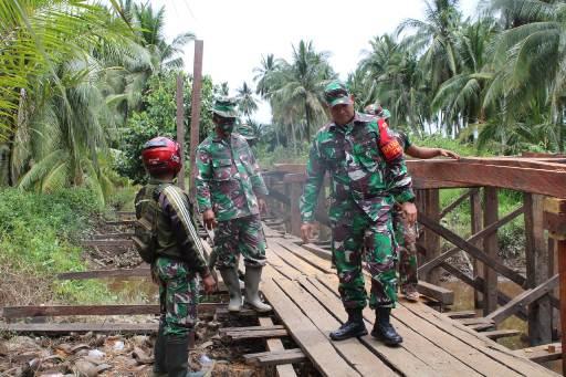 Dandim 1015/Spt Letkol Czi Akhmad Safari saat meninjau jembatan yang dikerjakan dalam TMMD, Kamis (8/10).