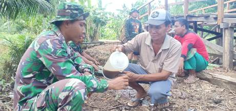 Anggota TMMD saat minum kopi bersama warga disela-sela gotong royong membangun jembatan, Kamis (8/10).