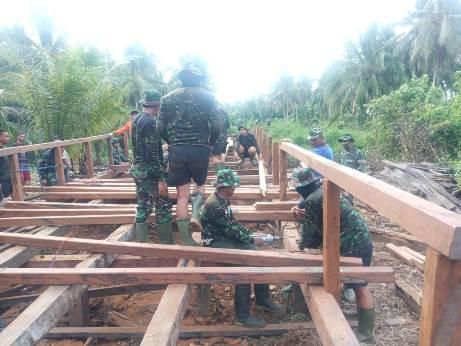 Anggota TNI saat mengerjakan pembangunan jembatan Handil Samsu yang sebentar lagi rampung kamis (8/10).