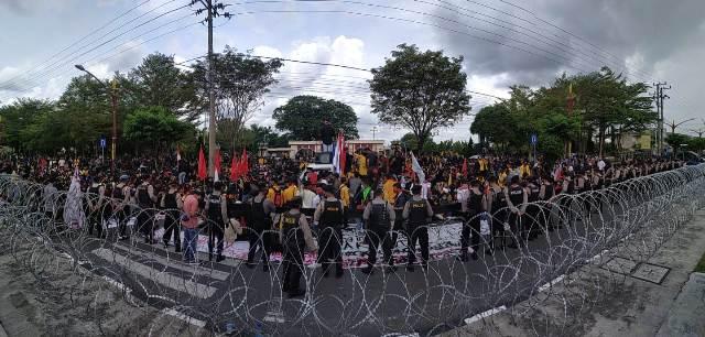 Ratusan mahasiswa saat berunjuk rasa di depan Kantor DPRD Kalteng Kamis (8/10).