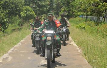 Komandan Kodim 1015/Spt Letkol Czi Akhmad Safari berkeliling memantau perkembangan pelaksanaan TMMD Reguler ke-109.