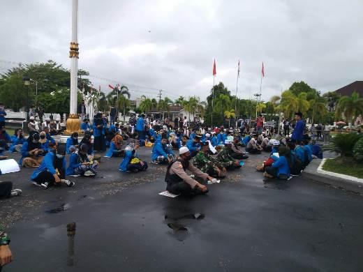 Para anggota PMII Kalteng saat menggelar aksi unjuk rasa di depan Kantor DPRD Kalteng, Jumat (9/10).