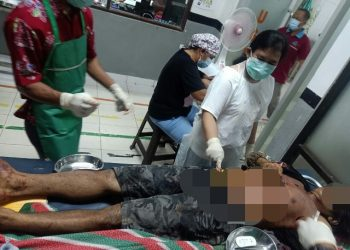 Jasad korban saat dievakuasi ke rumah sakit Sabtu (10/10).