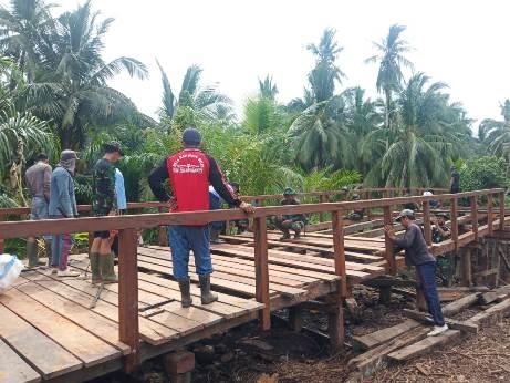 Personel Satuan Tugas TMMD Reguler ke-109 menyelesaikan perbaikan tiga jembatan di Kecamatan Pulau Hanaut yang menjadi sasaran fisik TMMD.