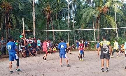 Tim masing-masing saat serius mengikuti pertandingan disaksikan warga.