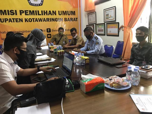 Ketua KPUD Kobar Chaidir saat memimpin rakor di Kantor KPUD Kobar Senin (12/10).