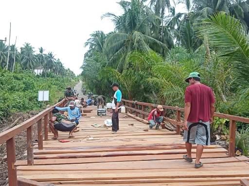Anggota TNI saat mengerjakan pembangunan jembatan yang sebentar lagi selesai di Desa Babirah, Selasa (13/10).