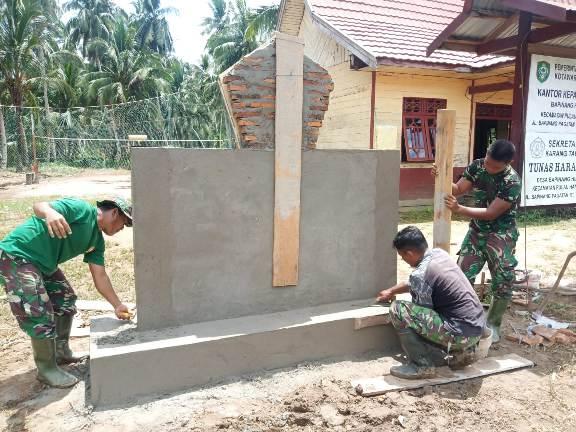 Anggota TNI saat membangun prasasti TMMD di Kecamatan Pulau Hanaut, Rabu (14/10).