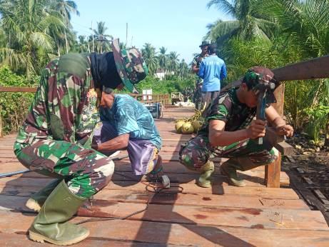 Anggota TNI saat semangat memasang lantai jembatan demi mencapai target, Rabu (14/10).
