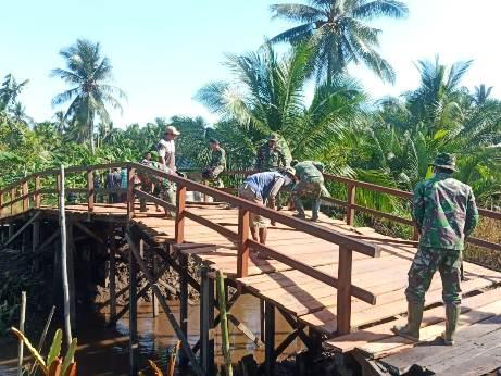 Anggota TNI saat merampungkan pembangunan jembatan, Kamis (15/10).