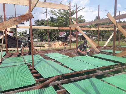Anggota TNI saat mengecat seng untuk atap pos pelayanan terpadu, Kamis (15/10).