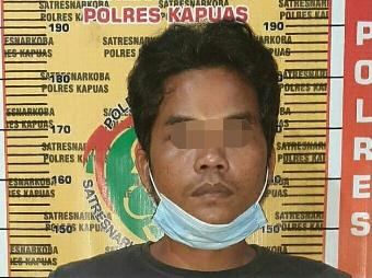 Tersangka saat diamankan di Mapolres Kapuas.