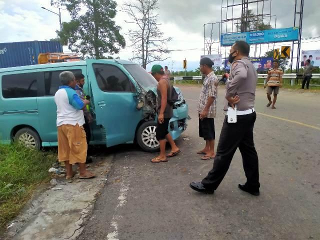 Anggota Polisi saat berada di TKP mengecek kejadian, Kamis (15/10).