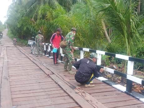 Anggota TNI saat mengecat pagar jembatan Jumat (16/10).
