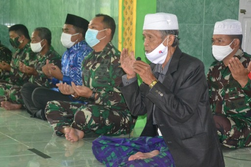 Tokoh masyarakat dan anggota TNI saat doa bersama ketika menggelar syukuran.