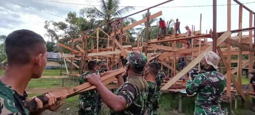 Satgas TMMD sedang memasang kuda-kuda atap pos terpadu yang dibangun di Desa Bapinang Hulu Kecamatan Pulau Hanaut.