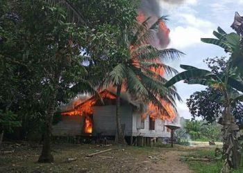 Kobaran api saat melahap bangunan rumah milik warga Desa Dehes Kecamatan Sanaman Mantikei Senin (19/10).