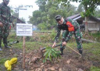 Komandan Kodim 1015/Spt Letkol Czi Akhmad Safari menanam pohon durian jenis musang saat kegiatan penanaman pohon di lokasi kegiatan TMMD.