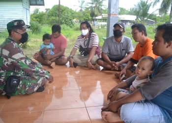 Anggota TNI saat memberikan sosialisasi kepada warga terkait bahaya karhutla.