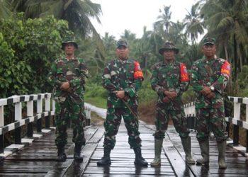 Dandim 1015 Sampit Letkol CZI Akhmad Safari saat foto bersama di jembatan yang selesai direhab.