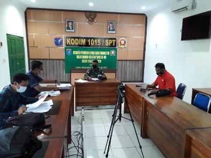 Suasana saat tim juri lomba karya jurnalistik TMMD Reguler ke-109 melakukan penilaian karya peserta.