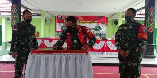 Danrem saat menandatangani penutupan TMMD ke 109 Kodim 1015 Sampit, Rabu (21/10).