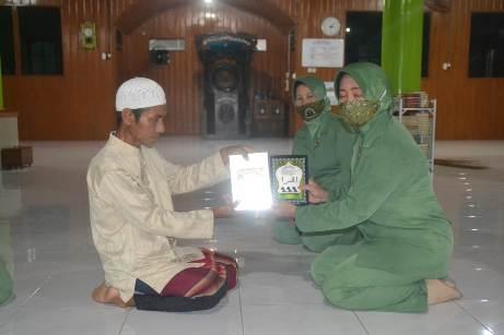 Ketua Persit saat menyerahkan secara simbolis alquran kepada pengurus masjid Rabu (21/10).