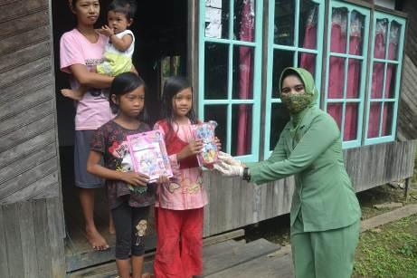 Ketua Persit saat memberikan alat tulis kepada anak-anak di Kecamatan Pulau Hanaut.