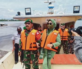 Danrem 102 Panju Panjung Brigjen TNI Purwo Sudaryanto bersama istri saat meninjau lokasi TMMD.